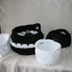 Mustad ja valged korvid kummutil trikoopaelast käsitöö